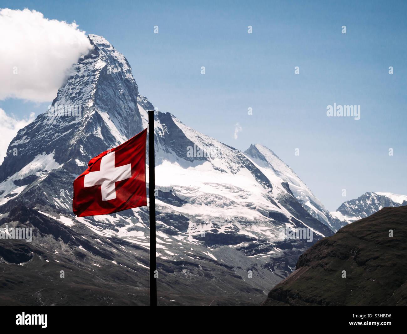 Matterhorn Berg mit Schweizer Flagge im sanften Wind Stockfoto