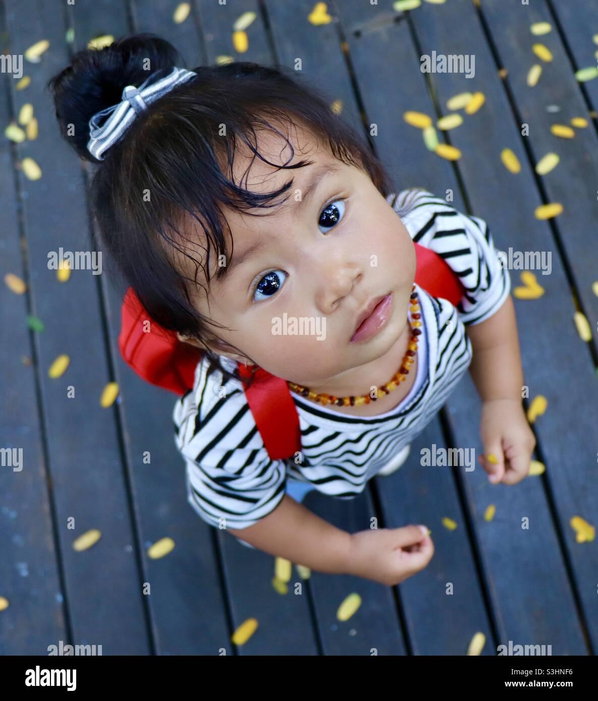 Kind schaut etwas nach Stockfoto