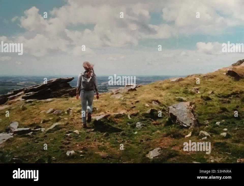 Eine Frau, die über Dartmoor läuft Stockfoto