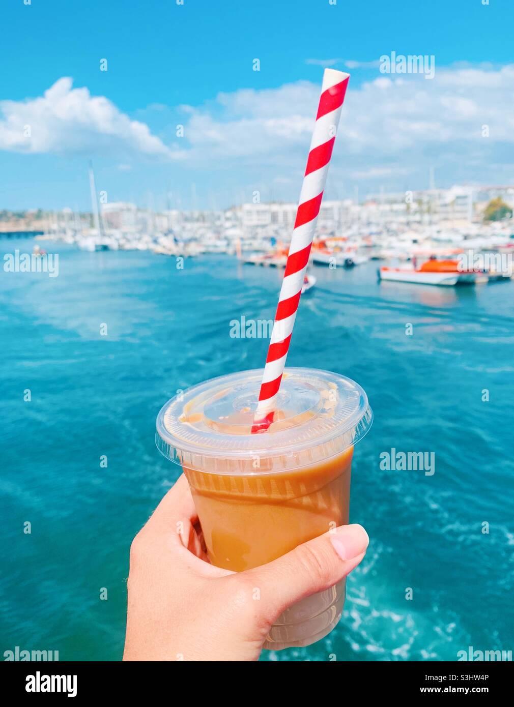 Nehmen Sie Eiskaffee mit Stockfoto