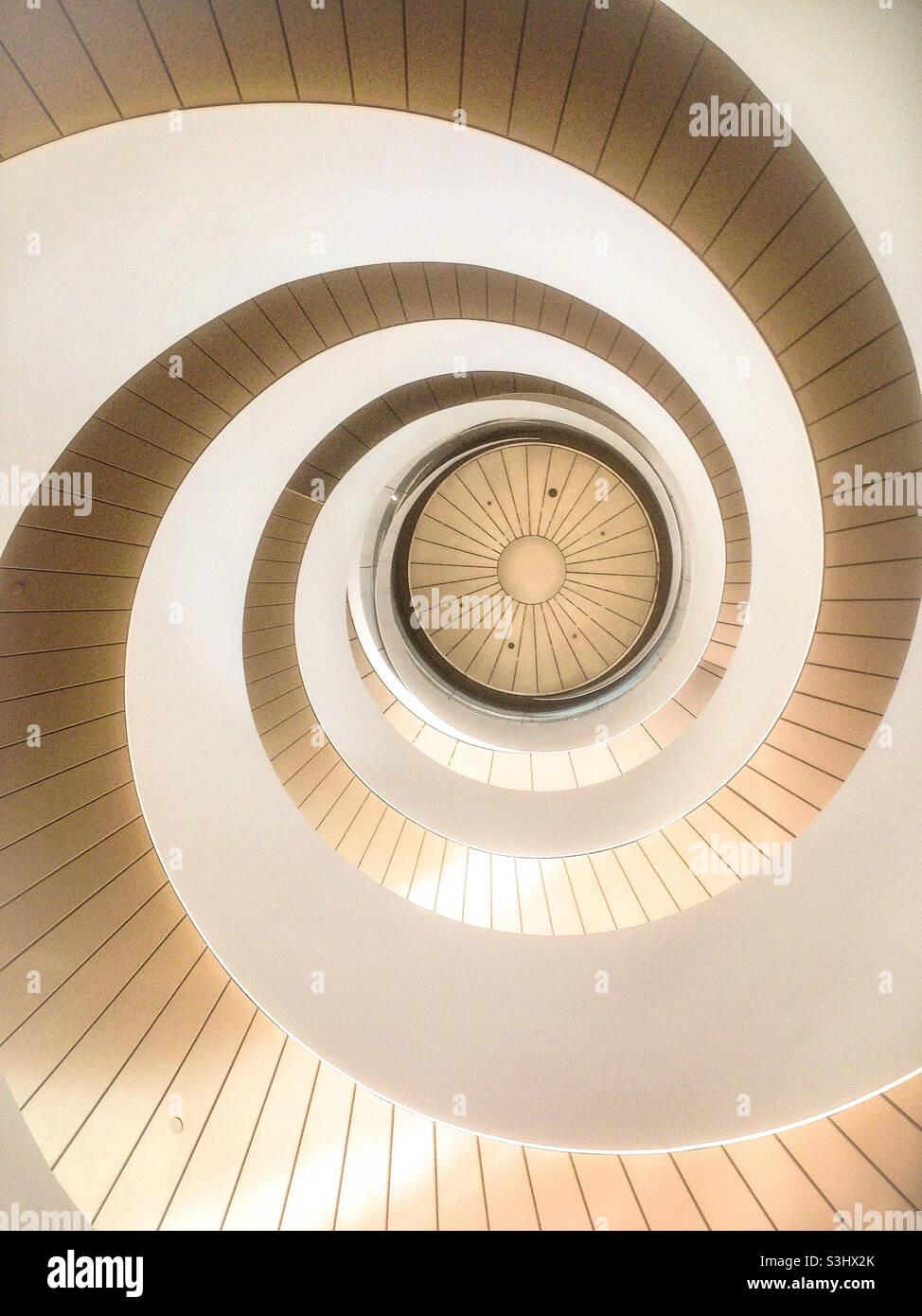 Die doppelte Wendeltreppe an der University of Technology Sydney Australia von unten wird abstrakt Stockfoto