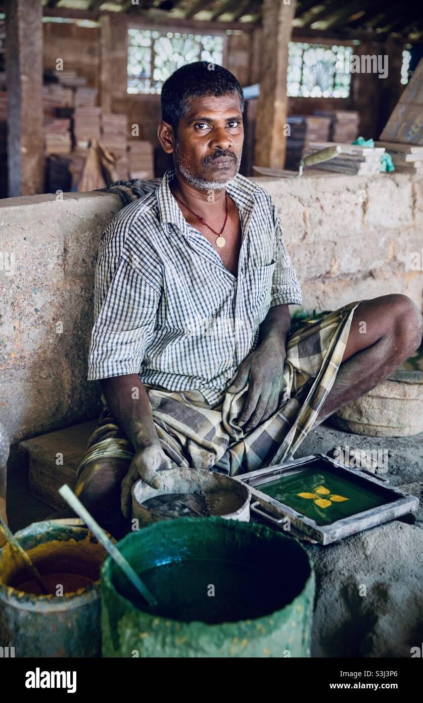 Ein Porträt des Kunsthandwerksziegelherstellers in Indien Stockfoto
