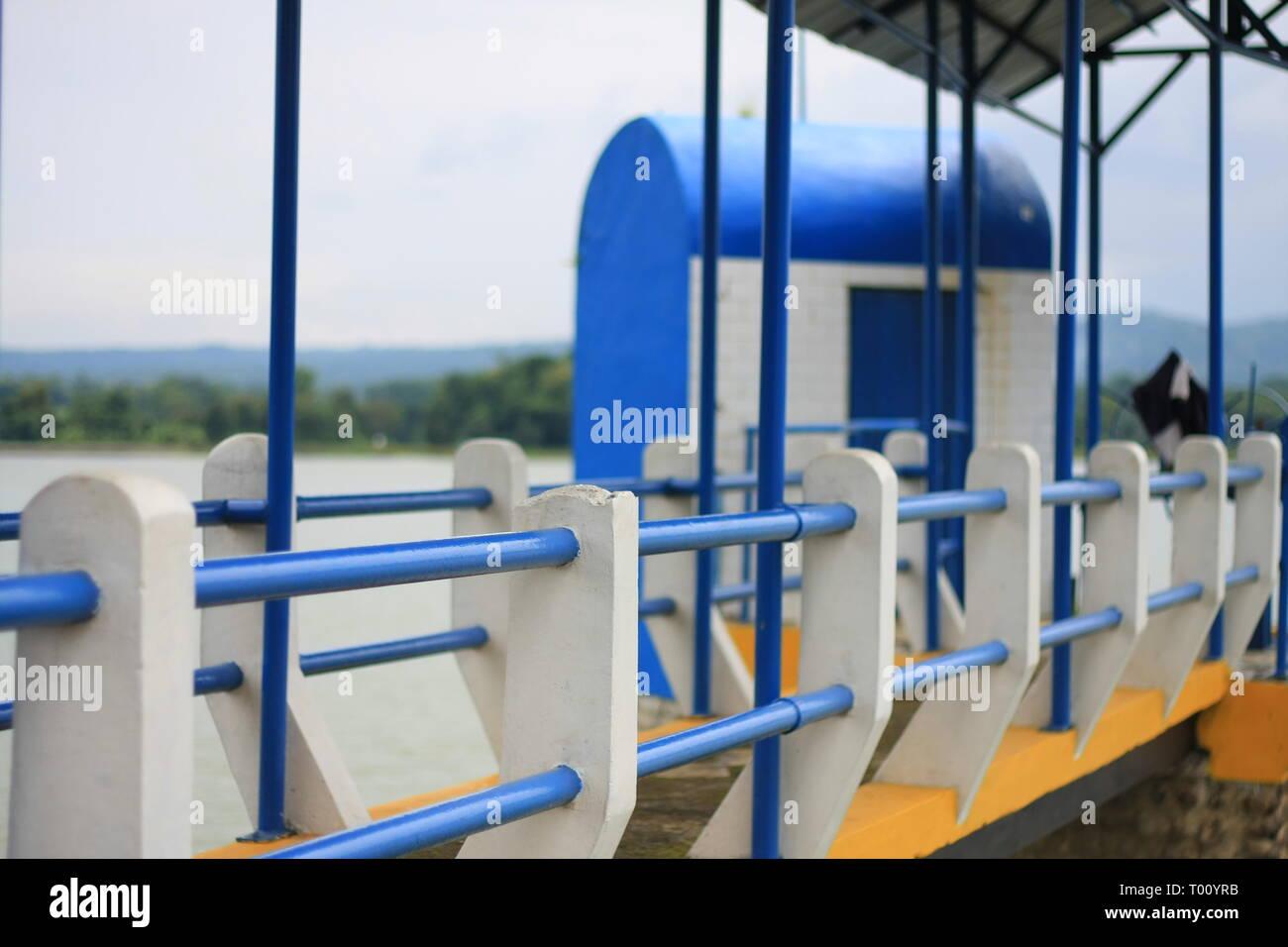 Wasser Tor mit neue Farbe auf kleines Dorf in Indonesien Stockbild