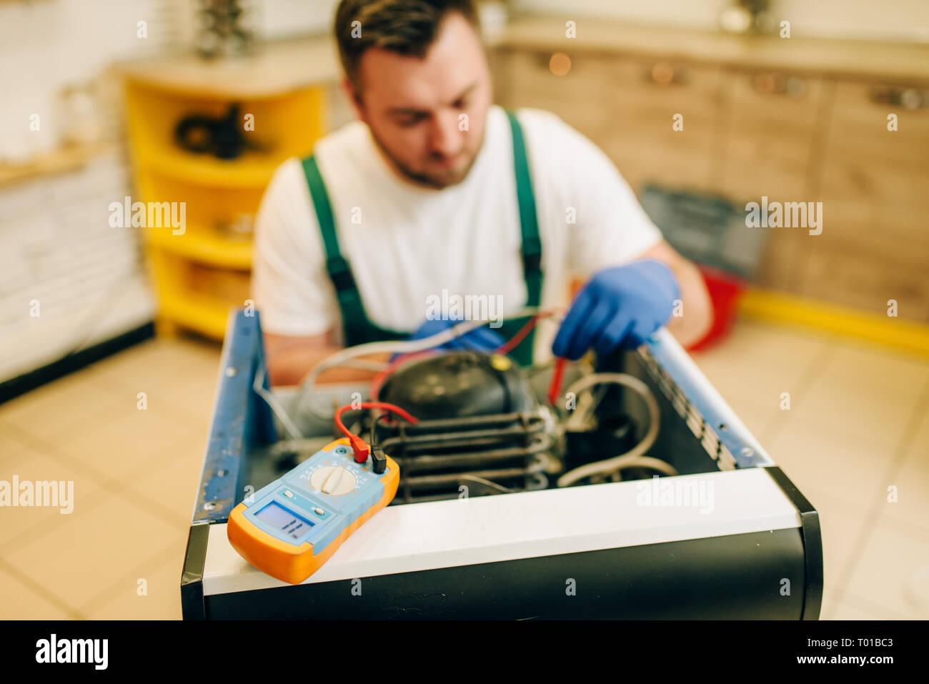 Kühlschrank Planer : Arbeiter in uniform testen kühlschrank zu hause stockfoto bild