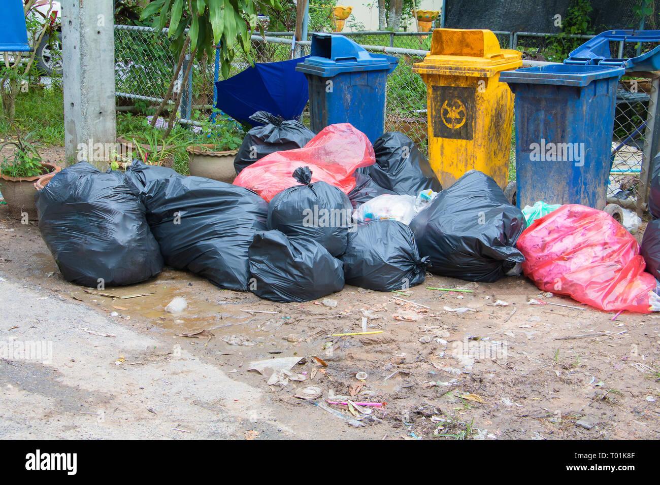 Schwarzer haufen Müll am Straßenrand und Regen fällt auf die Tasche in der Stadt mit Kopie Raum Text hinzufügen Stockfoto