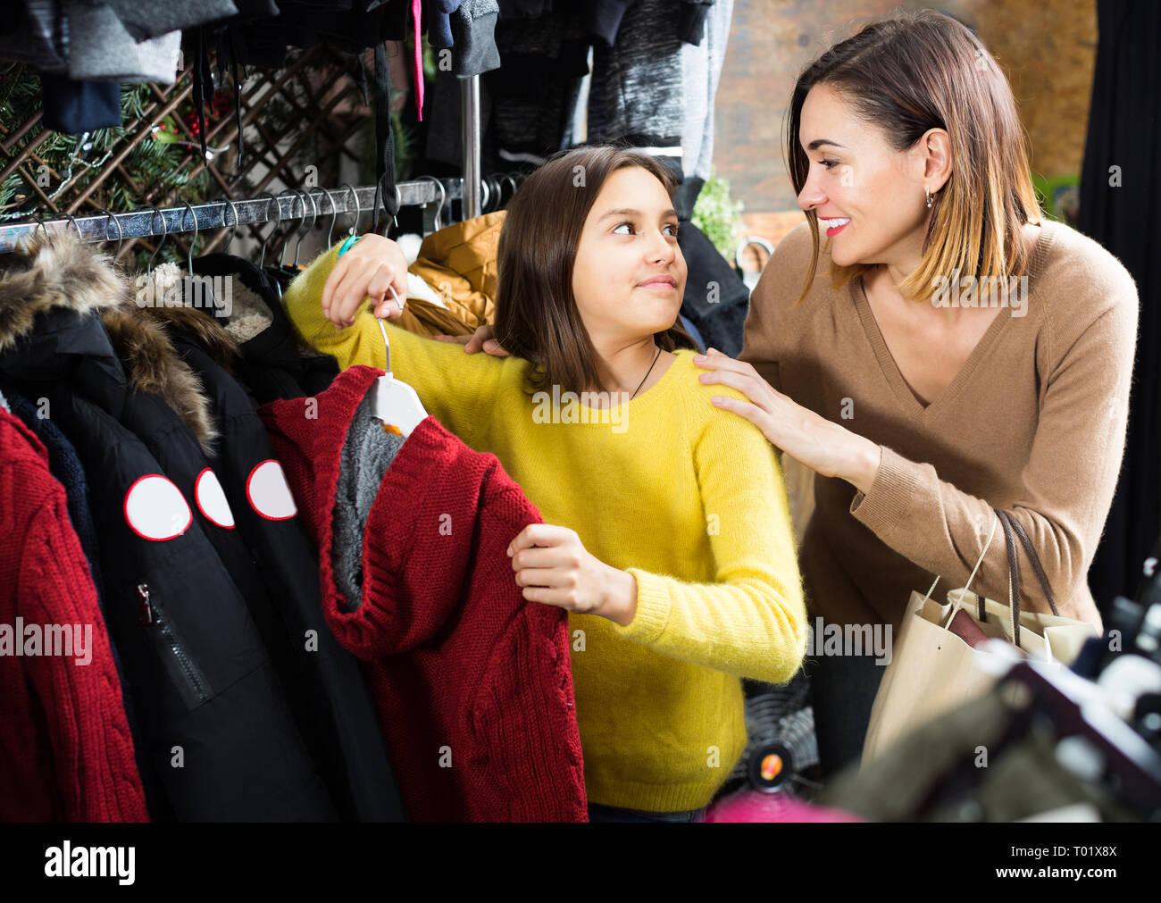 new style 1514c 49f89 Mutter und Tochter kaufen warme Pullover in der Kinder ...