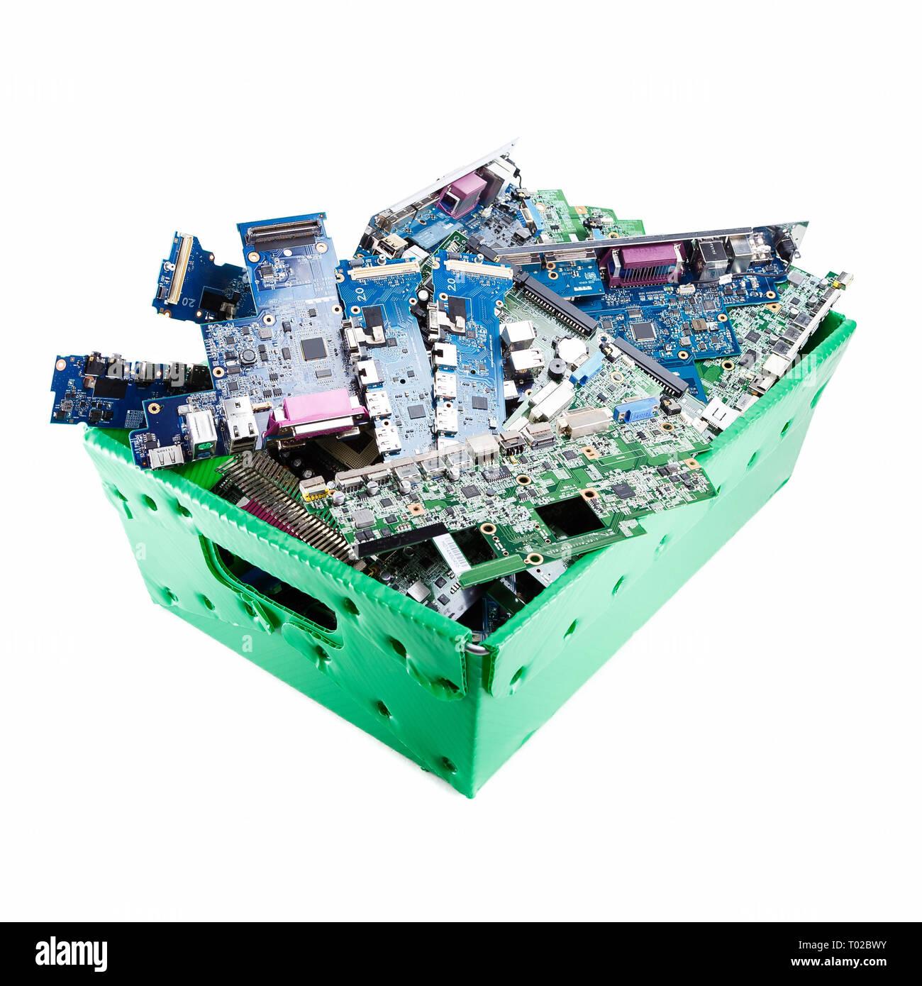 Computer Teile Bereit Fur Das Recycling Auf Weissem Hintergrund Motherboard Mainboard Computer Hardware In Grun Papierkorb Stockfotografie Alamy