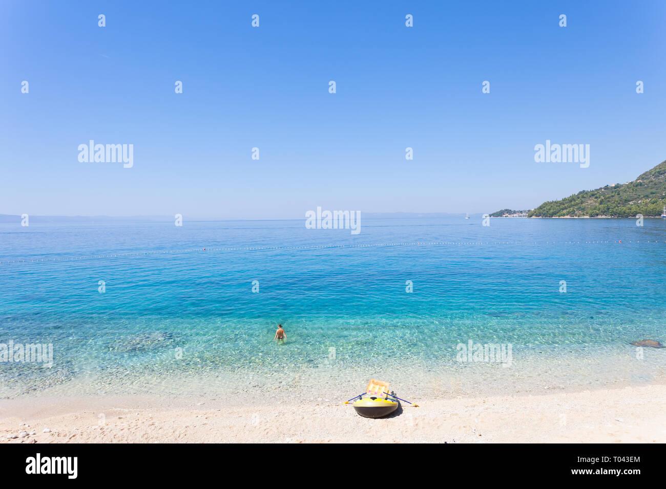 Drasnice, Dalmatien, Kroatien, Europa - Ruderboot am wunderschönen Strand von Podgora Stockfoto