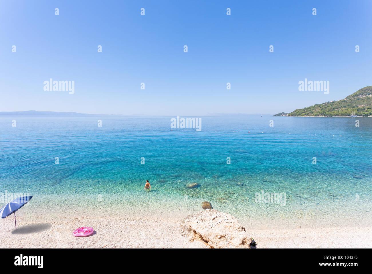 Drasnice, Dalmatien, Kroatien, Europa - Entspannen am wunderschönen Strand von Podgora Stockfoto