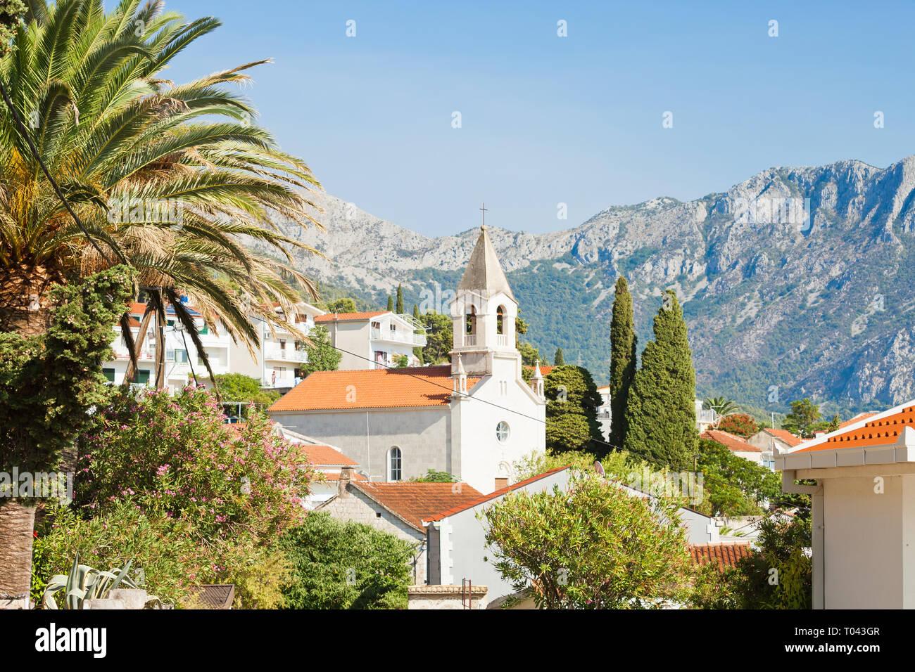 Brist, Dalmatien, Kroatien, Europa - Kirche von Brist vor den Bergen Stockfoto