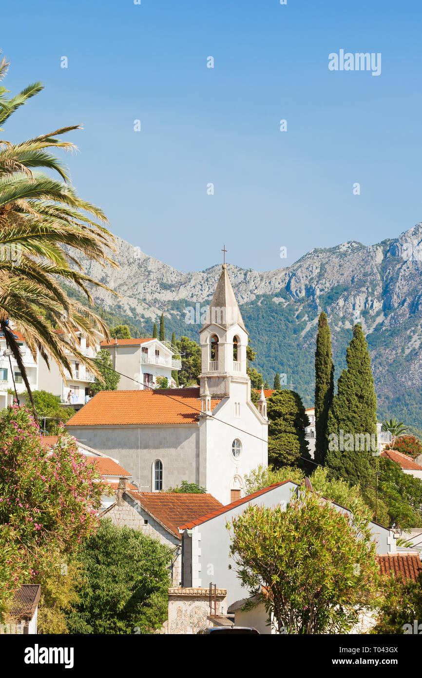 Brist, Dalmatien, Kroatien, Europa - Turm der Brist vor den Bergen Stockfoto