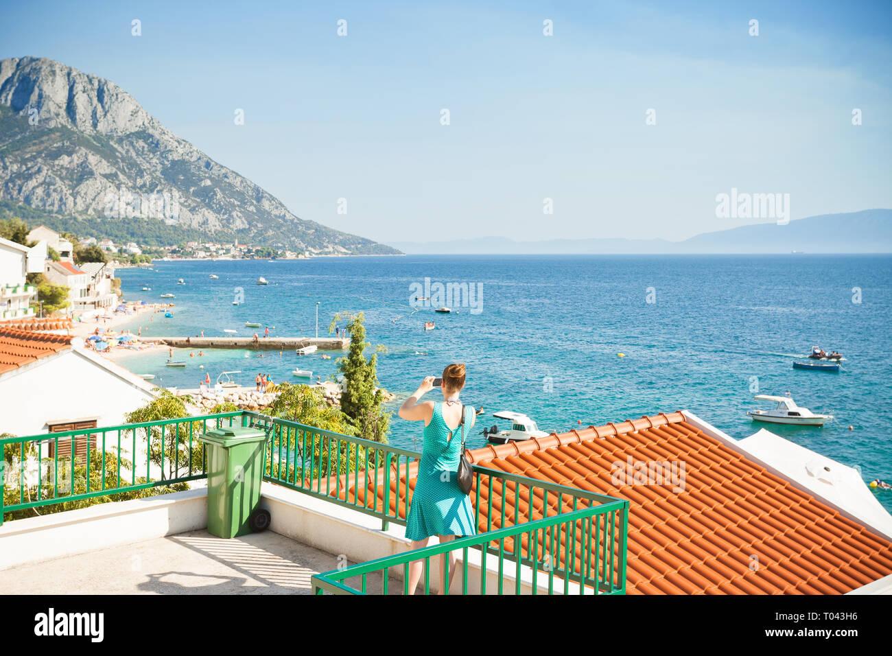 Brist, Dalmatien, Kroatien, Europa - eine Frau, ein Bild von der wunderschönen Bucht von Brist Stockfoto