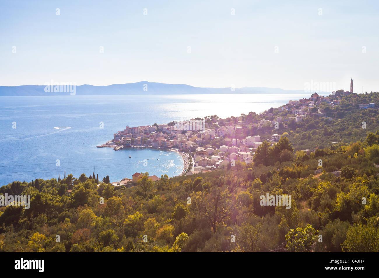 Igrane, Dalmatien, Kroatien, Europa - Überblick über die schöne Bucht von Igrane Stockfoto