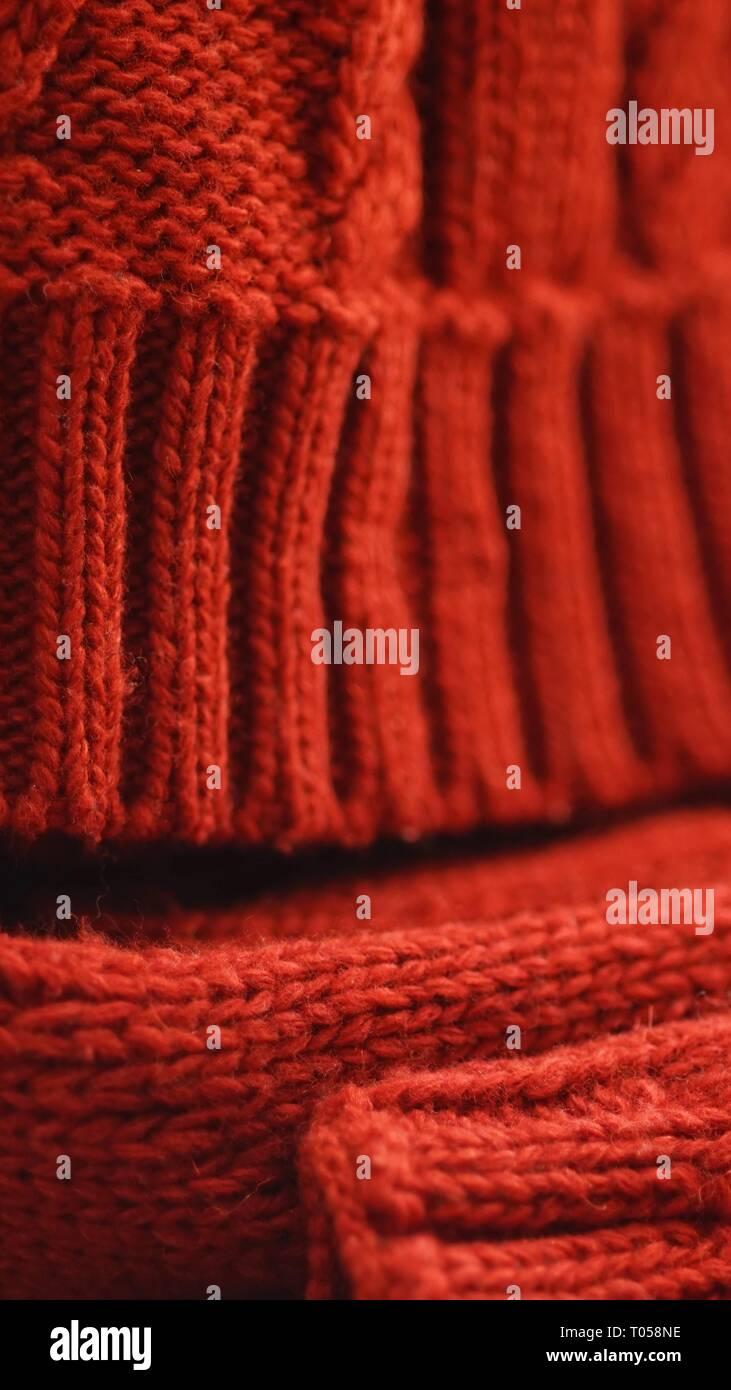 f57541121bebd6 Kalte Winter Bekleidung aus Gewirken rote Mütze und Schal. Stockbild
