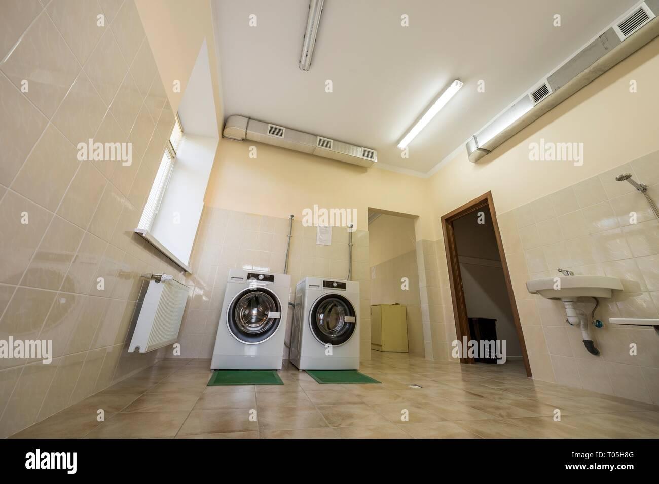 Neue Moderne Industrielle Waschmaschinen Auf Gummi Isolierung Matten In Sauber Hell Gefliesten Badezimmer Oder Waschkuche Mit Luftung Stockfotografie Alamy