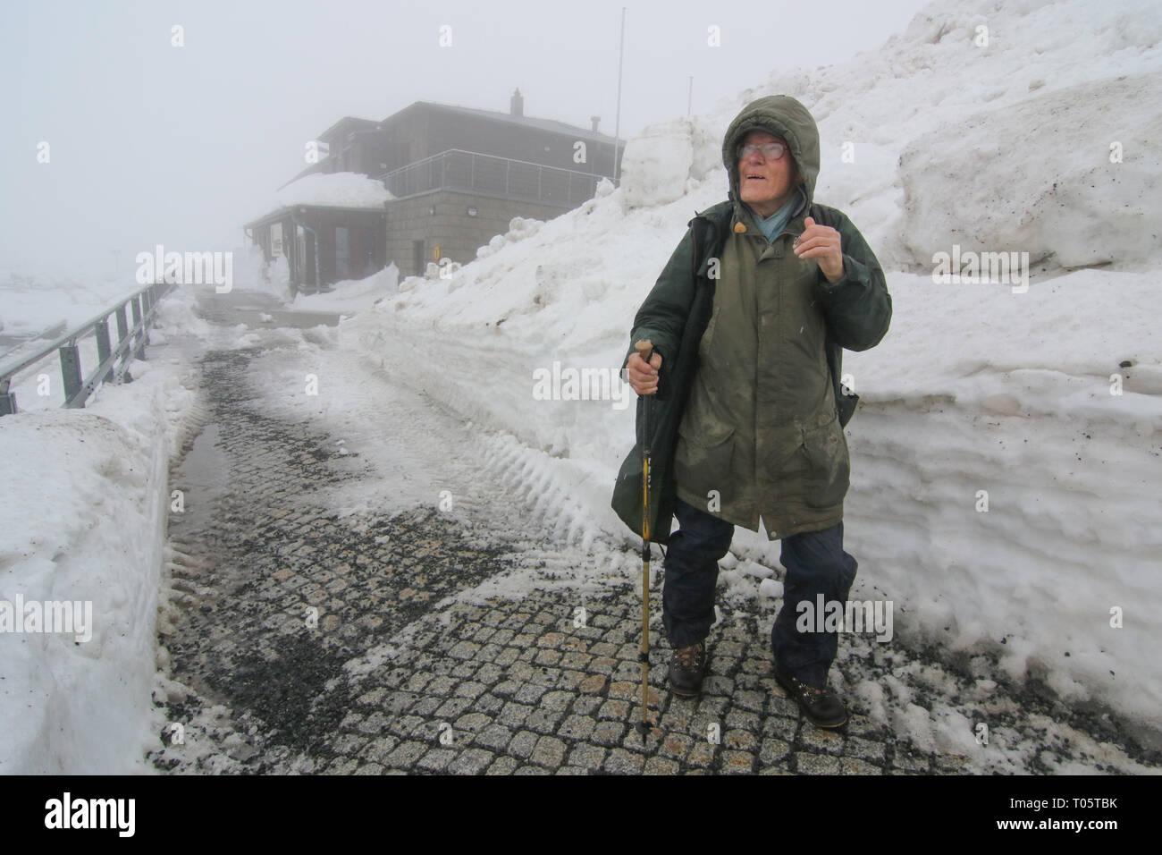 Schierke, Deutschland. 17 Mär, 2019. Extreme Wanderer Benno Schmidt ist zurück auf der Straße nach einer Pause von ein paar Tagen. Der Wanderer hat über 8200 mal auf dem Gipfel reiste. Wegen der heftigen Stürme in den letzten Tagen, Benno Schmidt hatte ein paar Tage zu bleiben. Die Anhaltende Schneefaelle haben die Schneedecke auf dem Brocken zu fast zwei Meter hoch wachsen. Wegen des stürmischen Wetters, die Harzer Schmalspurbahn HSB gestoppt, die die Brockenbahn von Schierke und Brocken am Sonntag. Credit: Matthias Bein/dpa-Zentralbild/dpa/Alamy leben Nachrichten Stockfoto