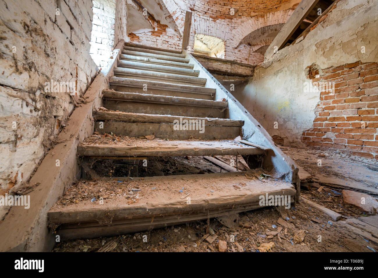 Fußboden Im Keller ~ Große geräumige verlassen leeren zimmer im keller des alten gebäudes