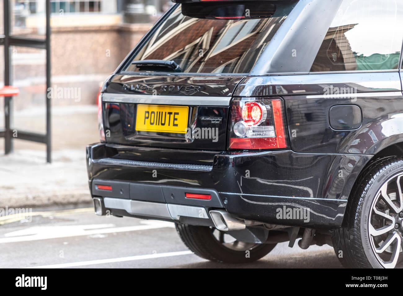 Verschmutzen, ein Range Rover Auto mit dem Kennzeichen PO 11 UTE Abstand um zu schauen, wie das Wort verschmutzen. London Verschmutzung durch Verkehr Stockbild