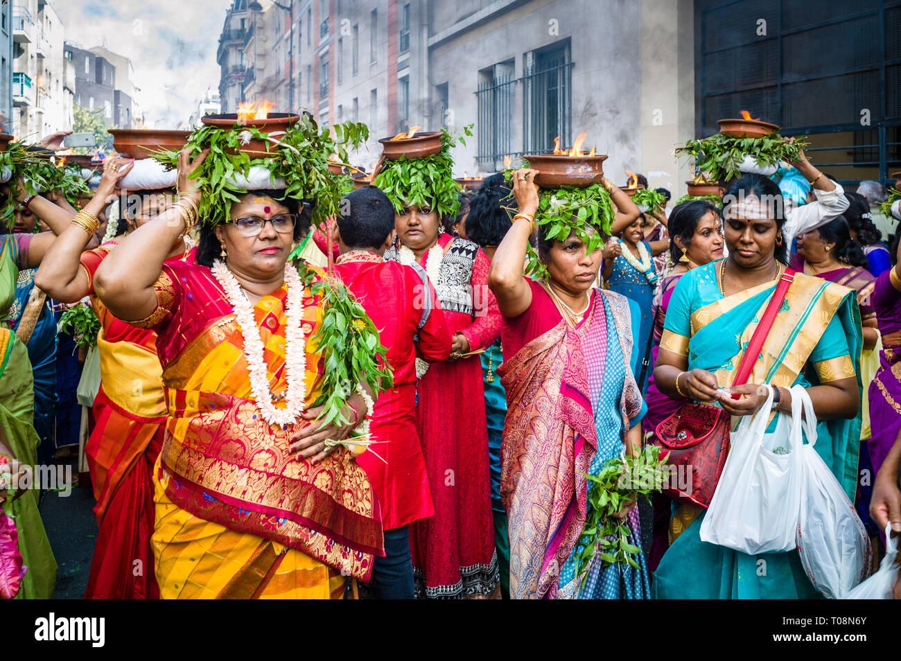 Auf Ganesh Chaturthi Festival in Paris, Tänzerinnen tragen bunte Saris, tragen auf ihren Köpfen Terracotta Töpfen mit brennendem Kampfer. Stockfoto
