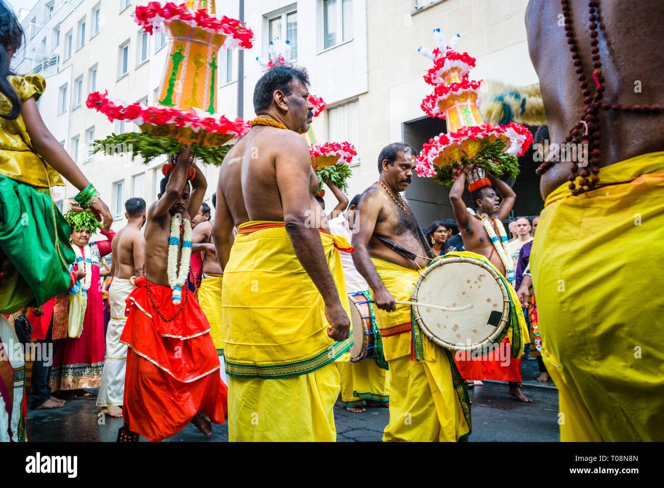 Auf Ganesh Chaturthi Festival in Paris, die Feier der Geburt von Ganesha, bare-chested männliche Tänzer und Musiker Parade in einem öffentlichen Prozession. Stockfoto