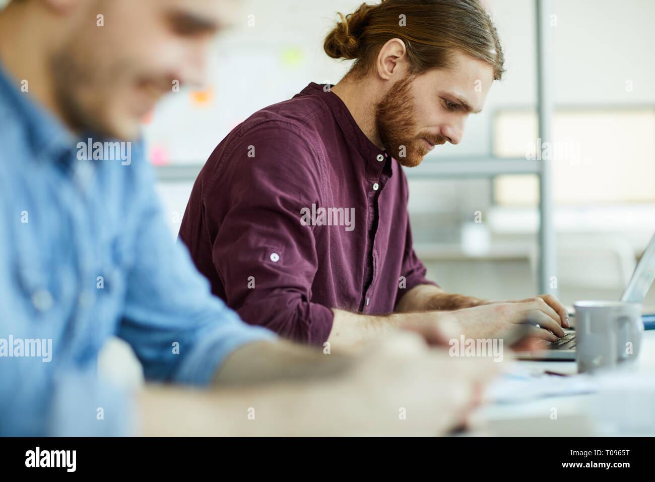 Manager Surfen im Netz Stockbild
