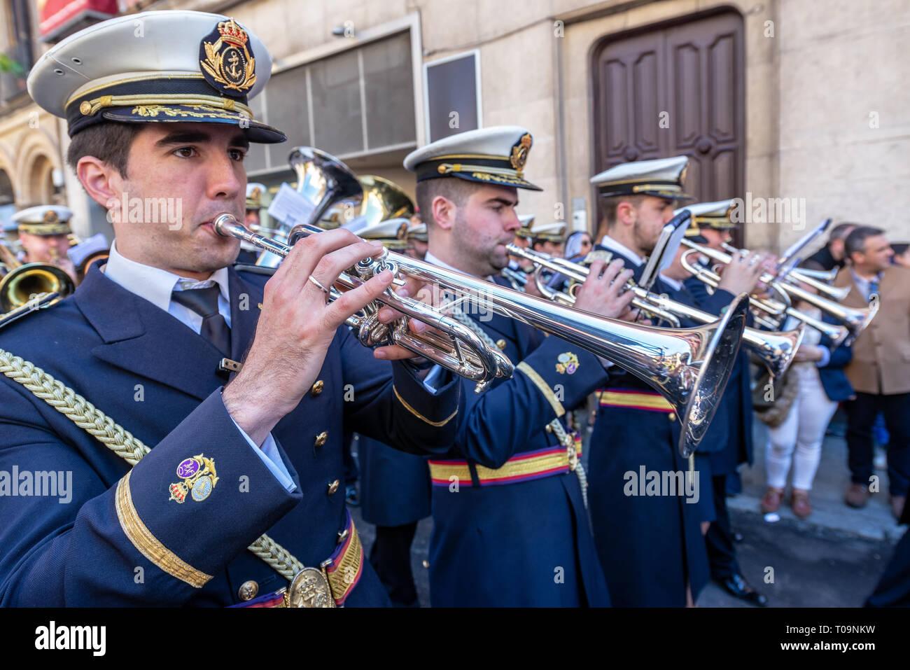 Sevilla, Spanien - 26. März: Marching Band spielt Musik während der Heiligen Woche Prozession in Sevilla, Spanien am 26. März 2018 Stockfoto
