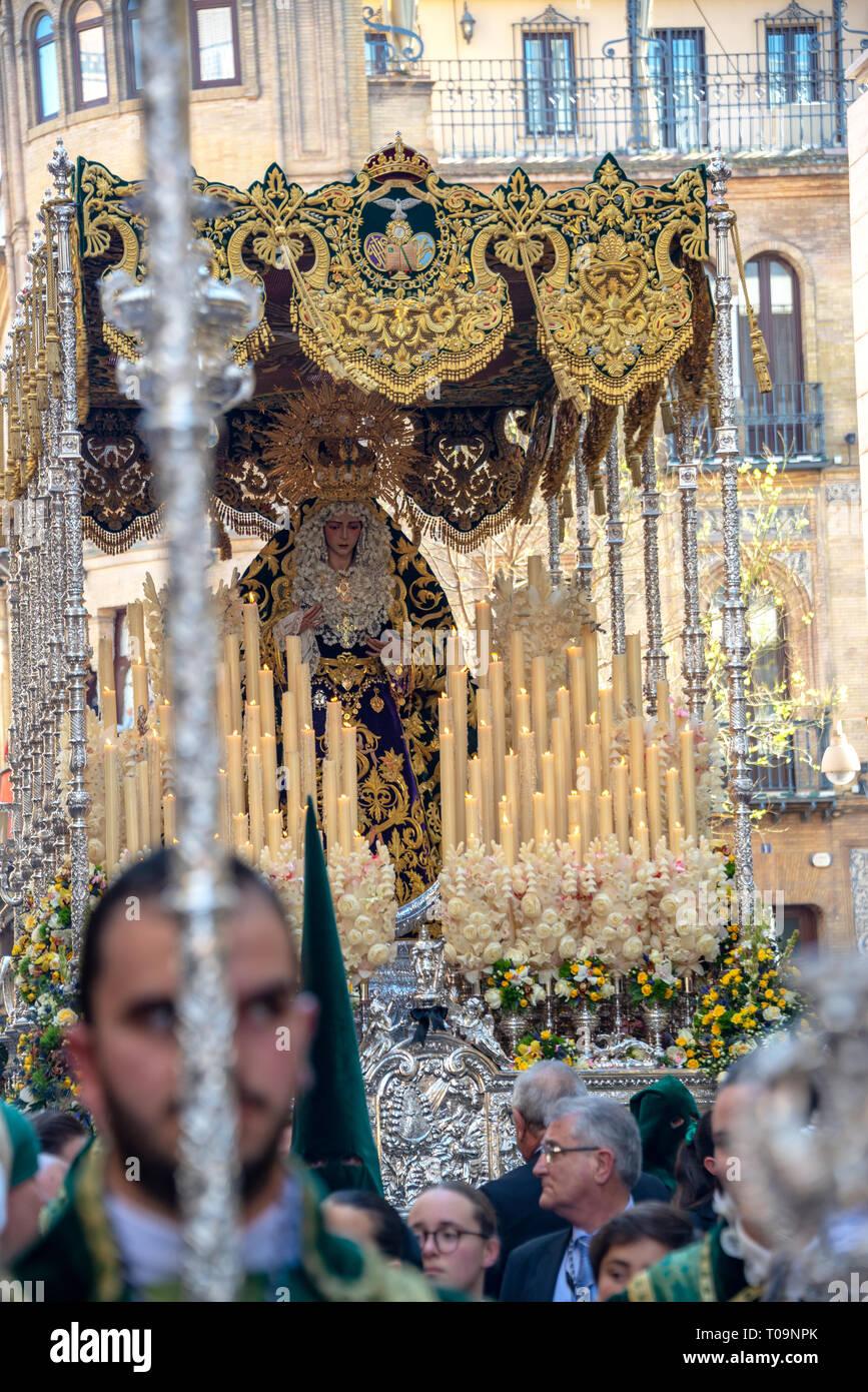 Sevilla, Spanien - 26. März: Menge um einen Schwimmer der Jungfrau Maria bei der heiligen Woche Prozession in Sevilla, Spanien am 26. März 2018 Stockfoto