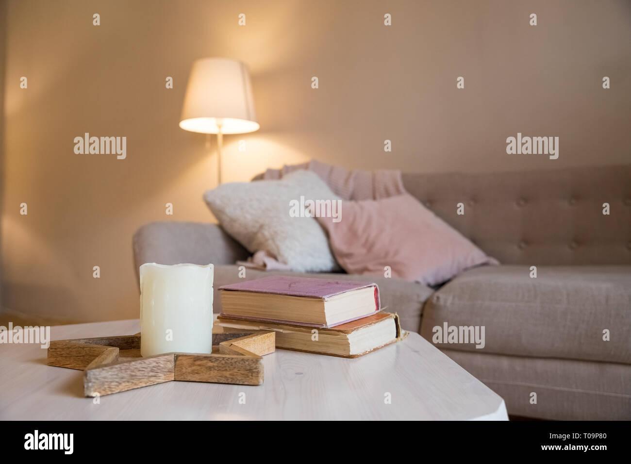 Skandinavischer Innenraum Braun Wand Im Wohnzimmer Gemutliches Zimmer Das Zimmer Ist Komfortabel Rosa Und Grau Kissen Auf Dem Sofa Lampe Bucher Und Eine Kerze Auf Dem Tisch Platz Kopieren Stockfotografie Alamy