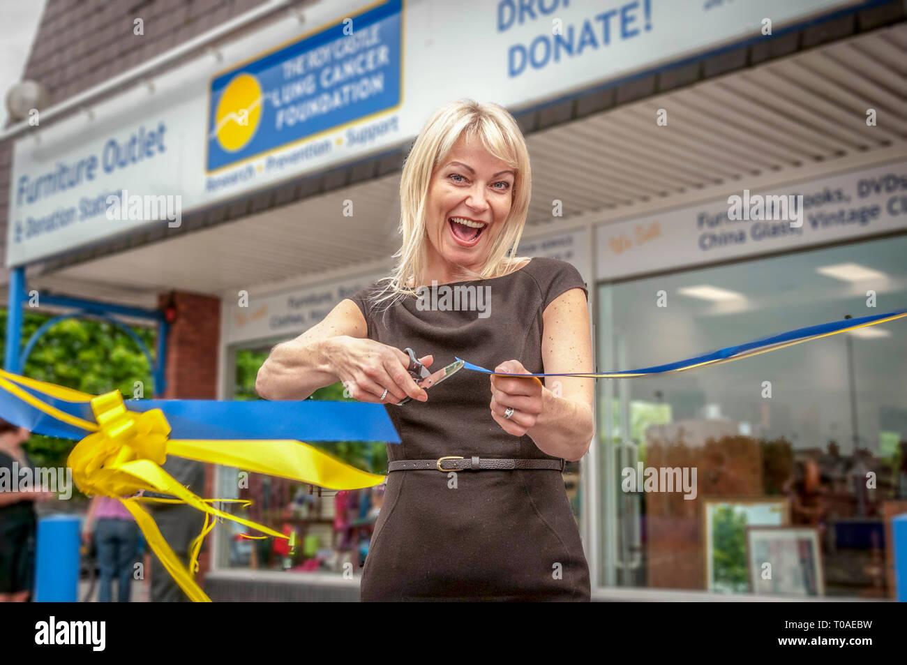 Schauspielerin Terri Dwyer schneidet ein Band an einem Geschäft öffnen. Stockbild