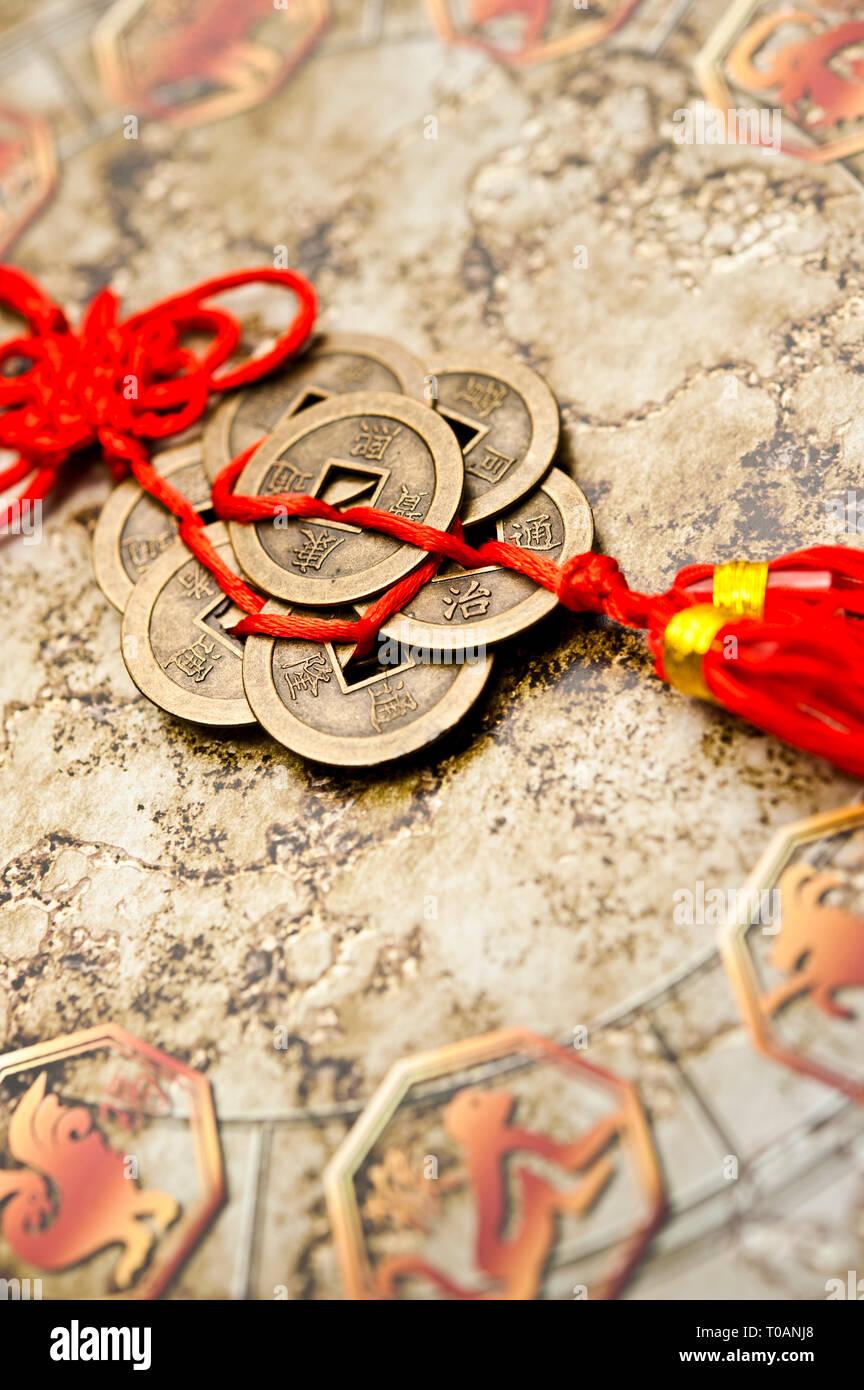 Detail eines Chinesischen Astrologie Rad- und alte traditionelle Feng Shui lucky Münzen Stockfoto