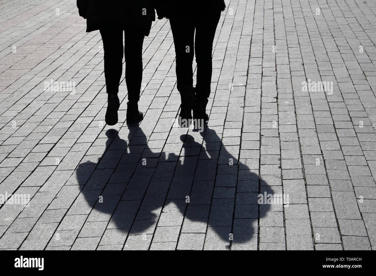 c107d2bbe9d6c6 Silhouetten und Schatten der zwei Frauen auf der Straße. Konzept der  weiblichen Freundschaft, Diskussion, Klatsch, Zwillinge, dramatische  Lebensgeschichte