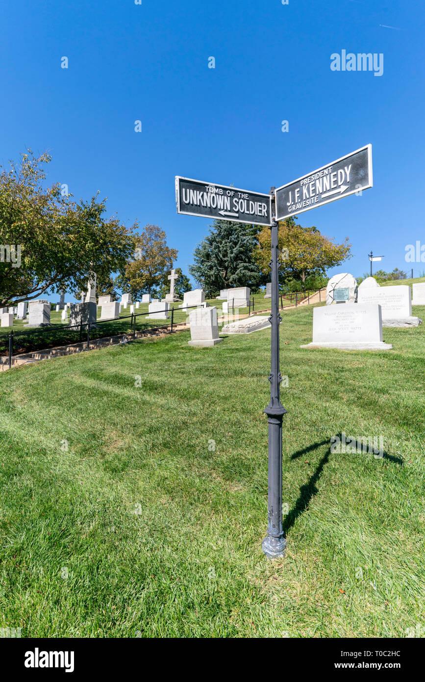 Zeichen den Weg zum Grab des unbekannten Soldaten und Präsident J F Kennedy's Grab. Stockfoto