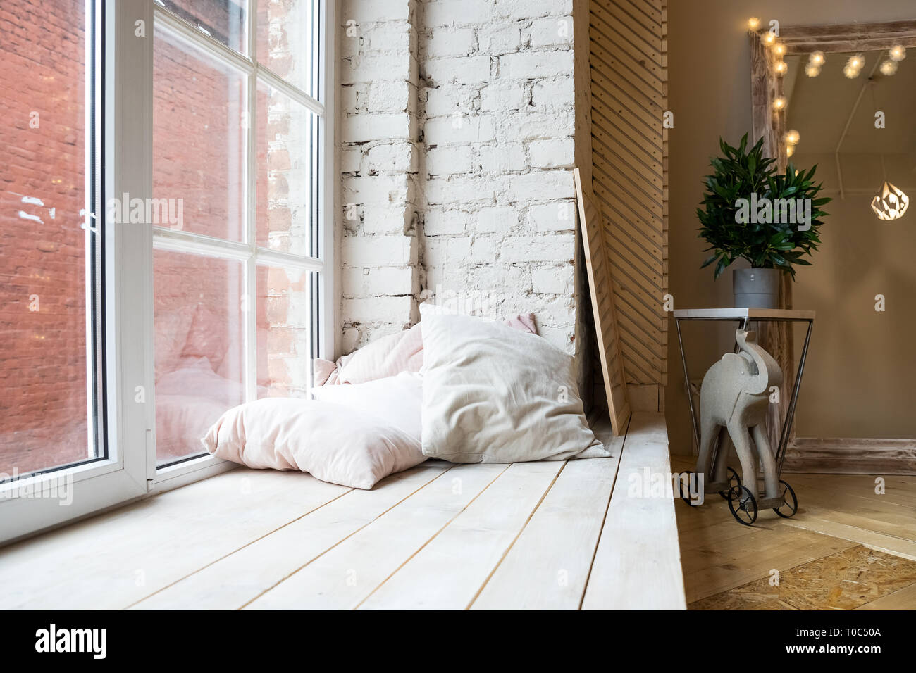 Helles Studio Interieur Mit Grossen Fenster Hohe Decken