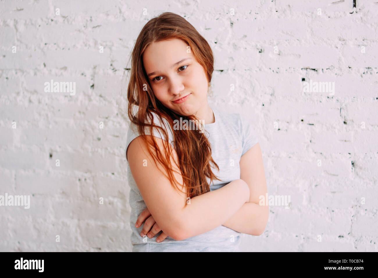 Portrait Von Lange Rote Haare Cute Beleidigt Mädchen Auf