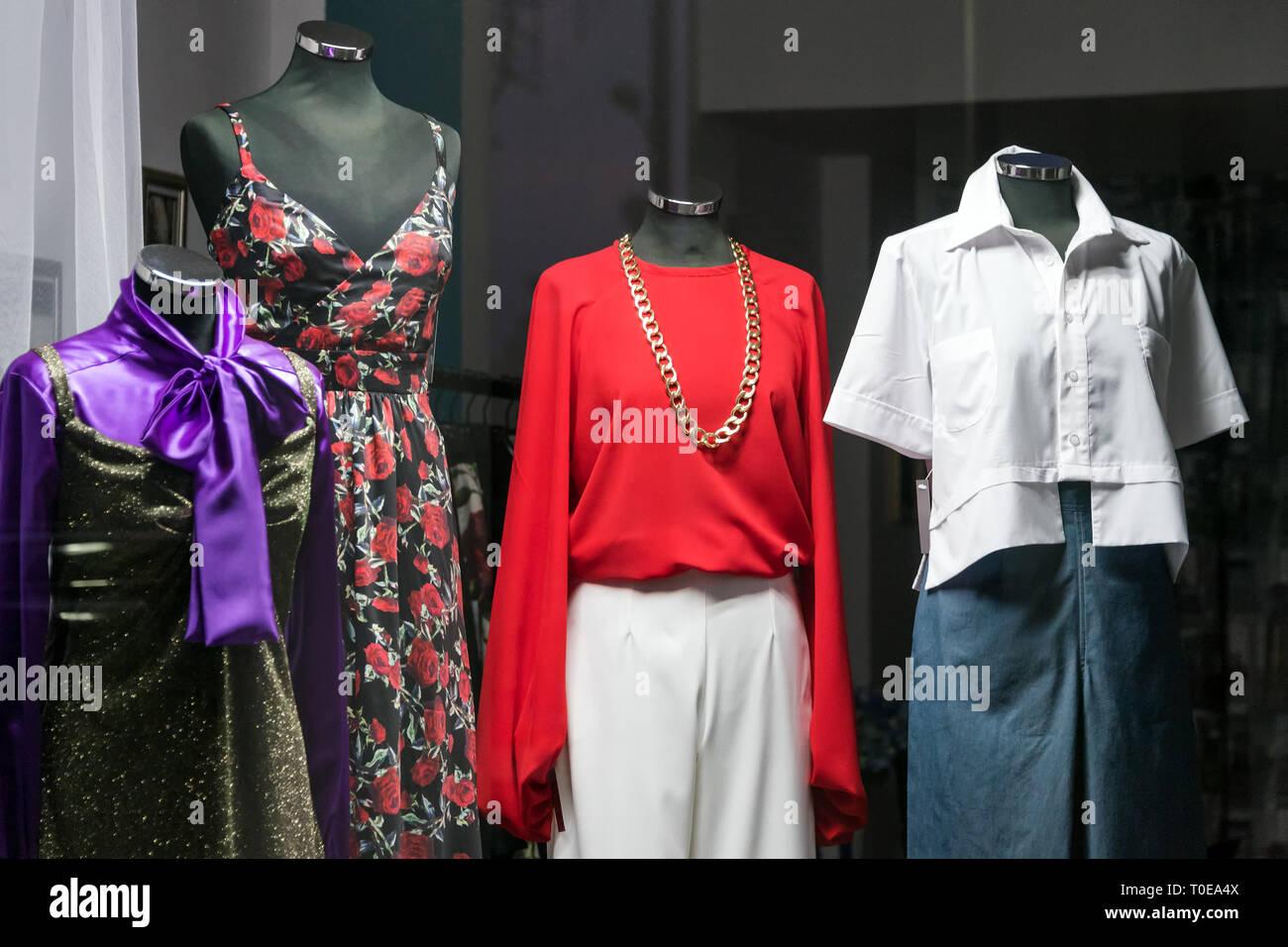1c8bc51baeddca Weibliche Puppen in ein Bekleidungsgeschäft. Verkauf und Werbung. Stockbild