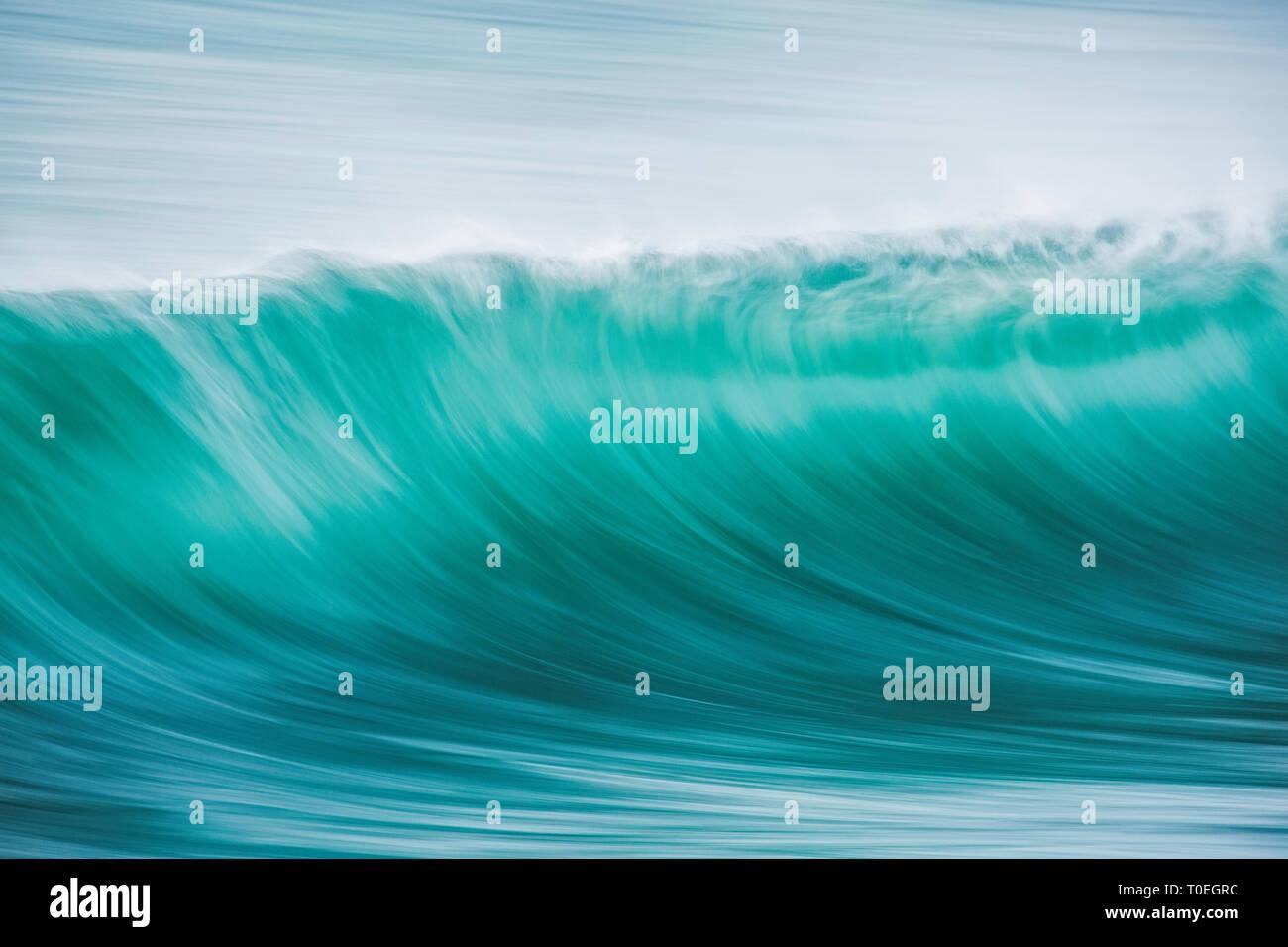 Eine Welle im türkisfarbenen Wasser der Äußeren Hebriden, Schottland Stockbild