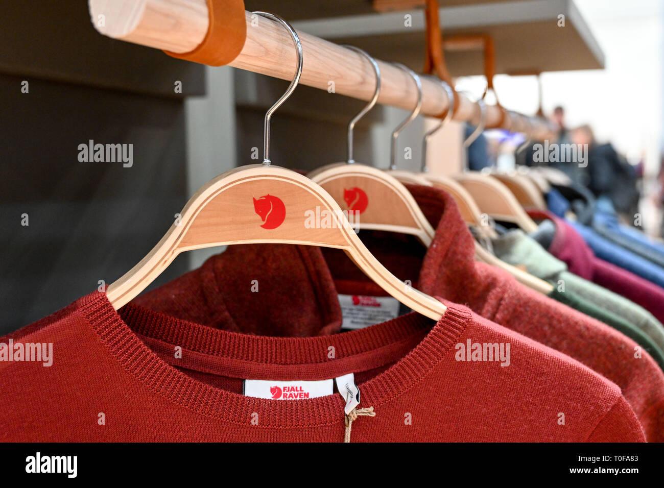 04. Februar 2019, Bayern, München: Das Logo der Schwedischen Outdoor-ausstatter Fjällräven auf einem Kleiderbügel und einen Pullover, auf der ISPO Sportartikel. Foto: Tobias Hase/dpa Stockbild