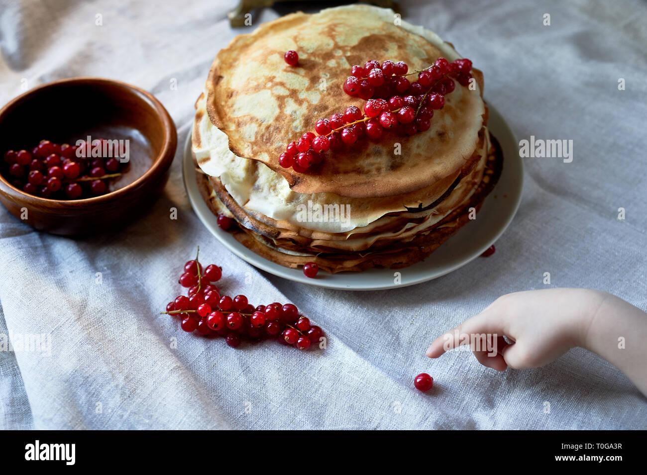 Stapel Pfannkuchen mit roten saftigen Johannisbeeren. Stockbild