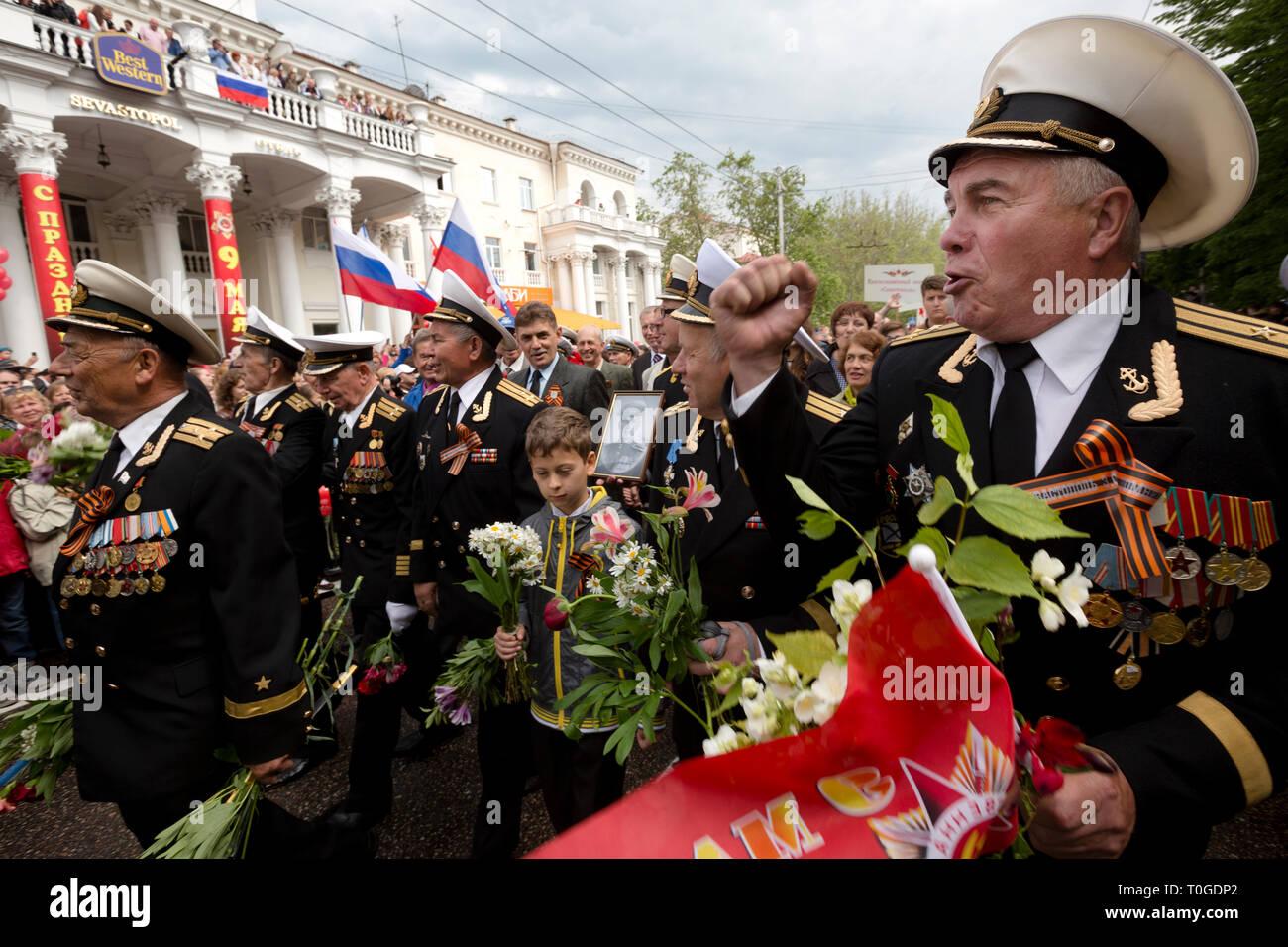 Veteranen, Offiziere, um die Träger der Schwarzmeerflotte in der Parade der Gewinner auf der zentralen Straße von Sewastopol Stadt teilnehmen, Krim 9.05.2014 Stockbild