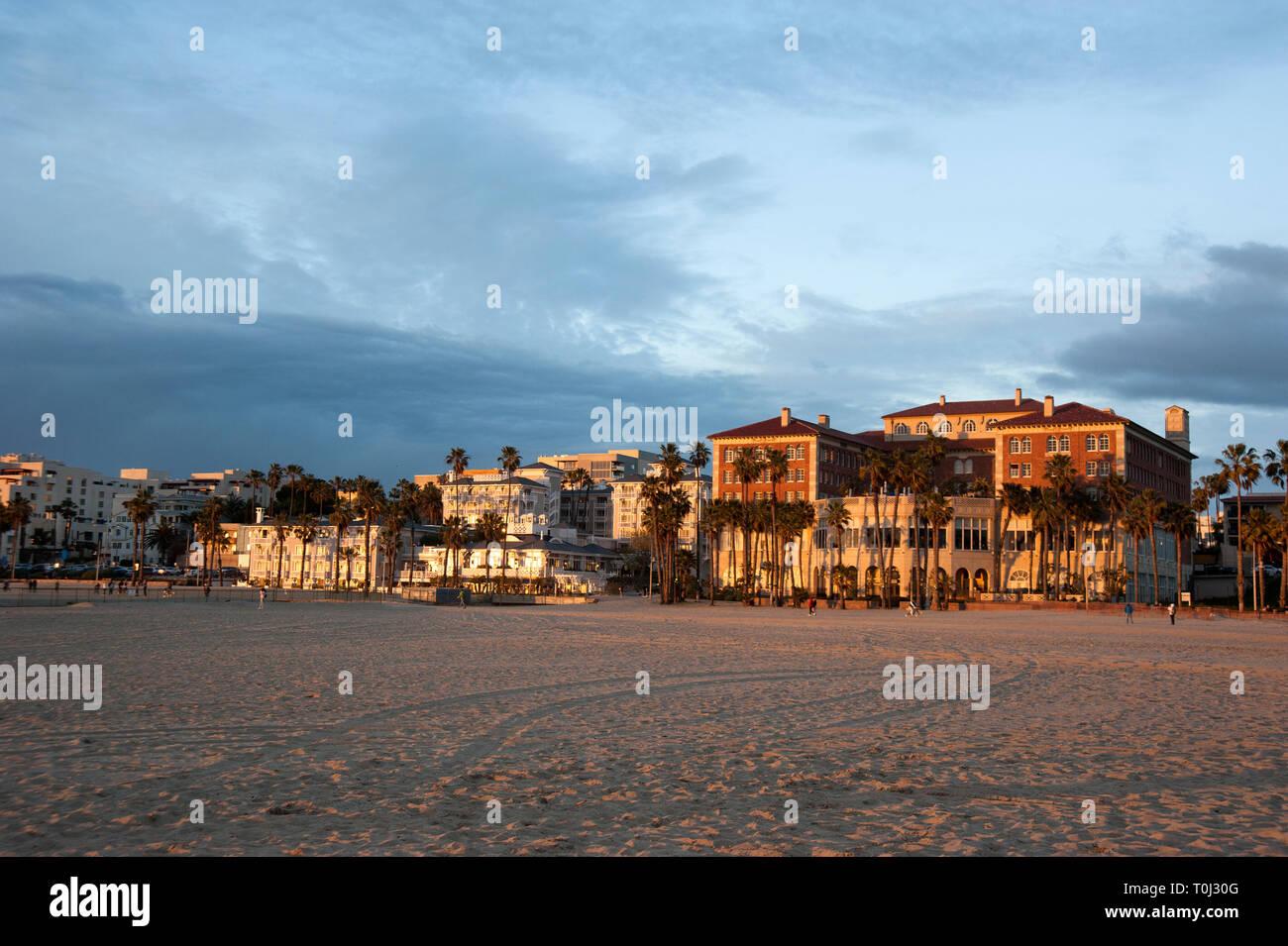 Hotels am Strand Fensterläden und Casa Del Mar entlang der Promenade in Santa Monica, CA Stockfoto