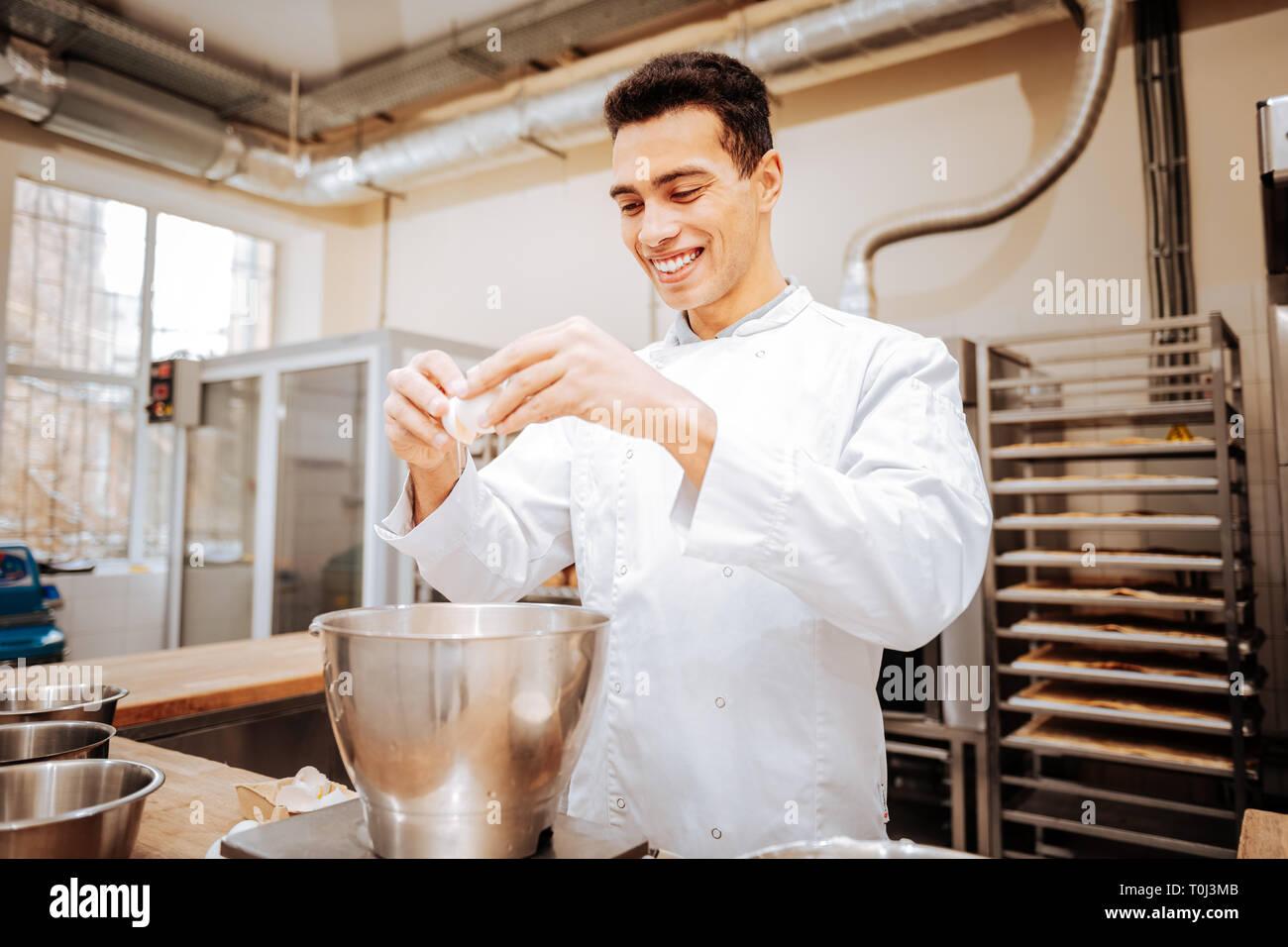 Übertragen von Bäcker gutes Gefühl während in den Morgen arbeiten Stockbild