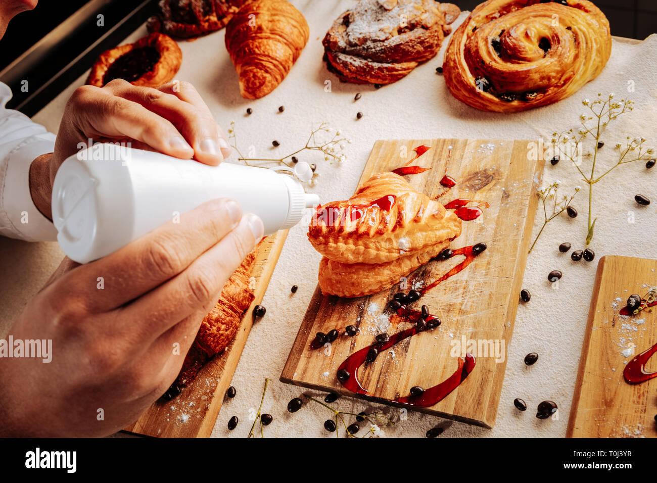 Baker topping schön Softeis mit Topping Erdbeer Stockbild