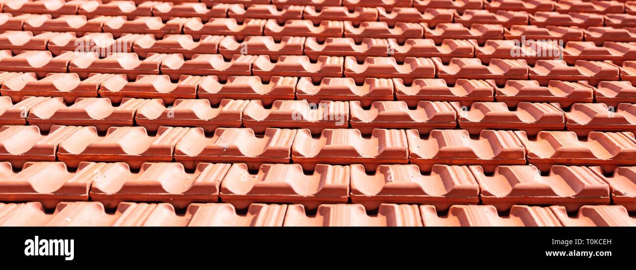 Dach- konstruktion. Red Roof Keramikfliesen Textur Hintergrund. Stockfoto