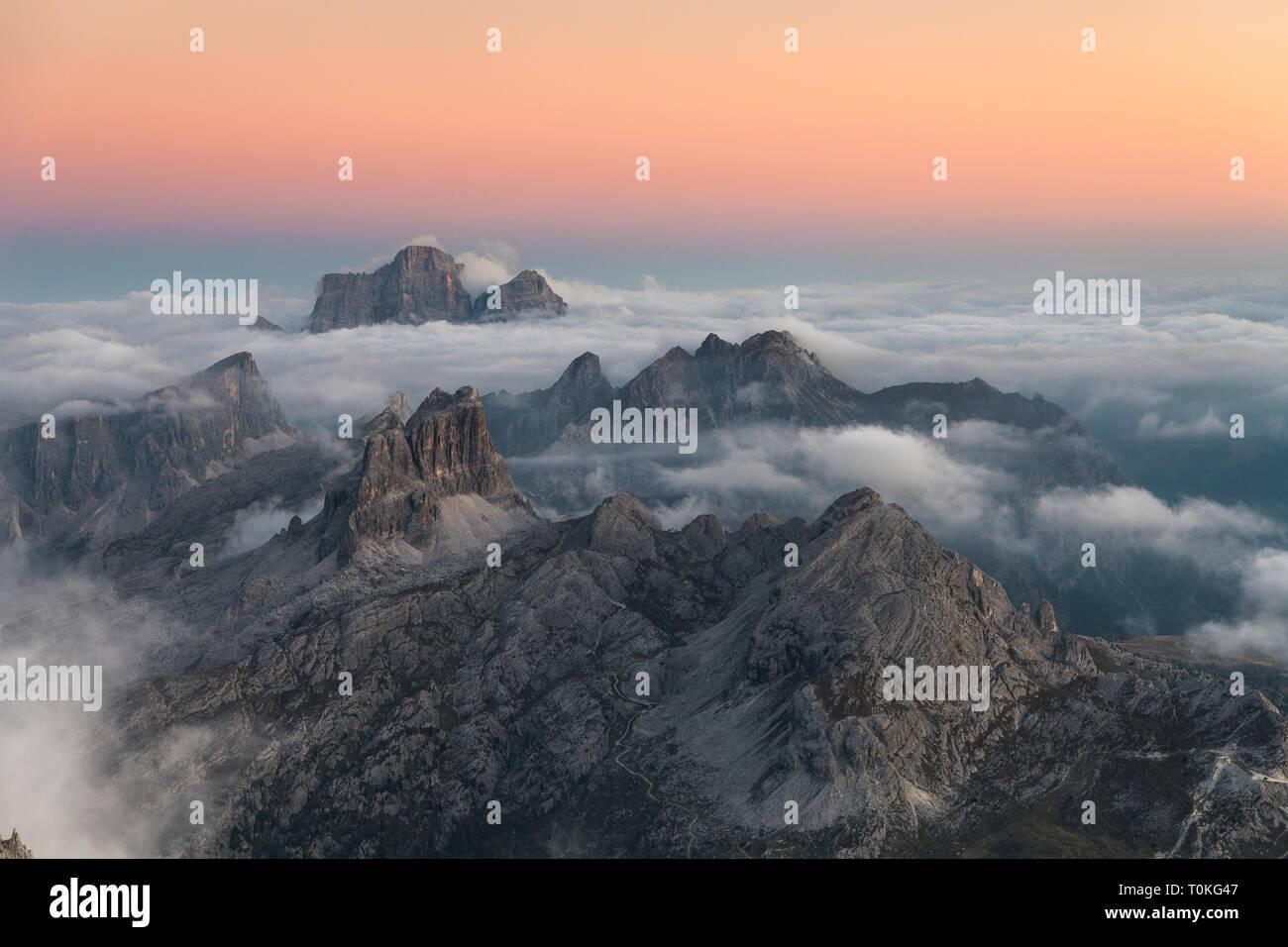 Blick vom Rifugio Lagazuoi (2752 m) der Monte Pelmo, Monte Averau und der Croda Negra und die Civetta, Dolomiten, Cortina d'Ampezzo, Italien Stockfoto