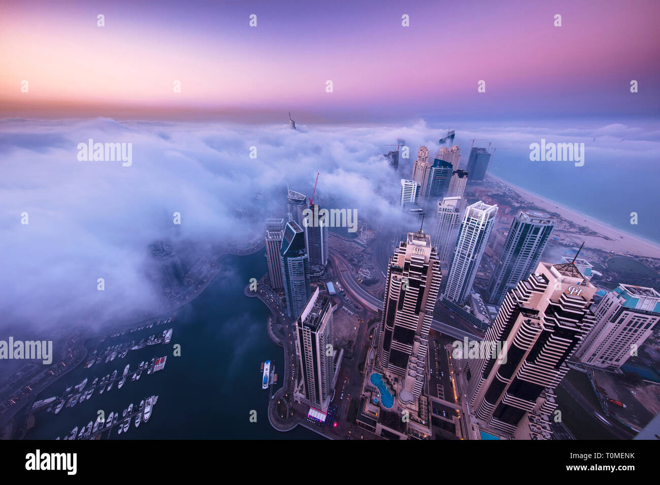 Ein nebeliger Morgen in Marina, Dubai Stockfoto