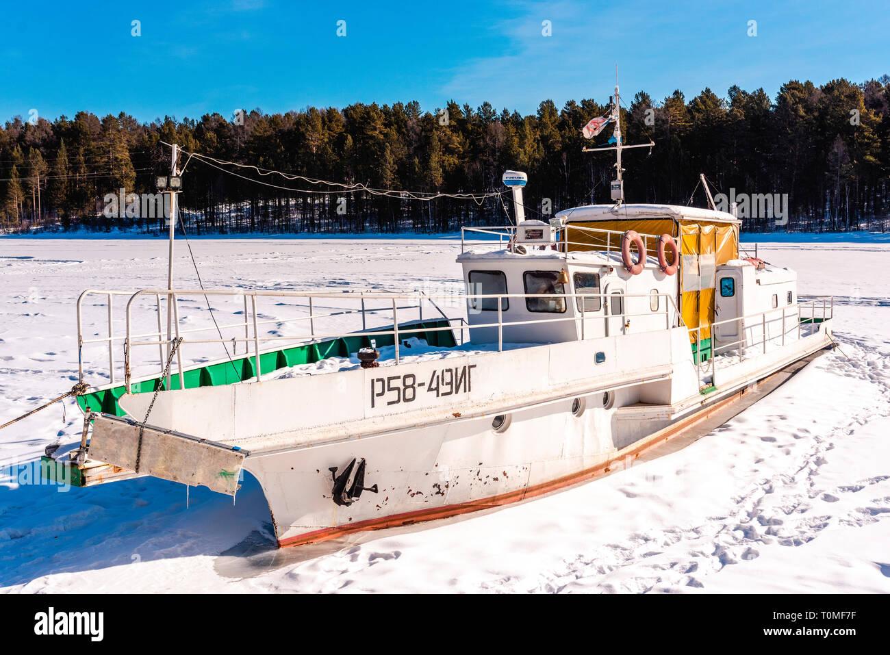 Gefrorene Schiff am Baikalsee, Sibirien, Russland Stockfoto