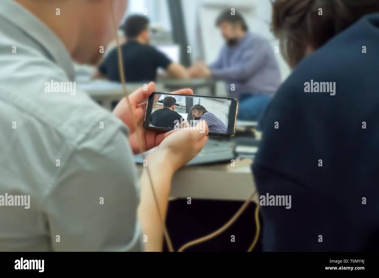 Überwachung Bildung Prozess mit Handy. Heimlich auf Handy aufnehmen. Mobile Spionage. Hacker knacken access code. Die Aufnahme in einen verborgenen Stockbild