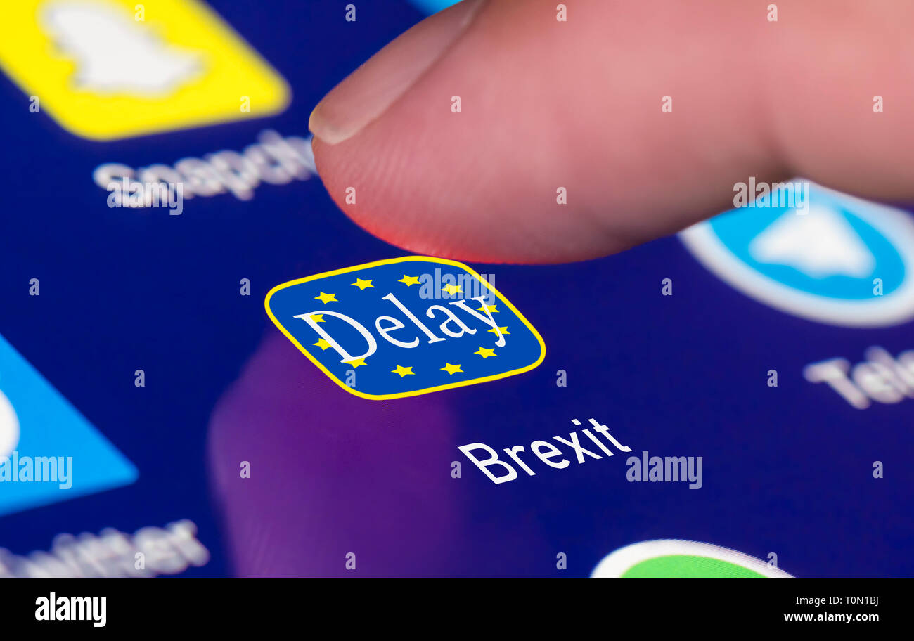 Drücken der Taste auf dem Touchscreen Brexit zu verzögern. Delaying Brexit (UK) Konzept. EU-Austritt. Stockbild