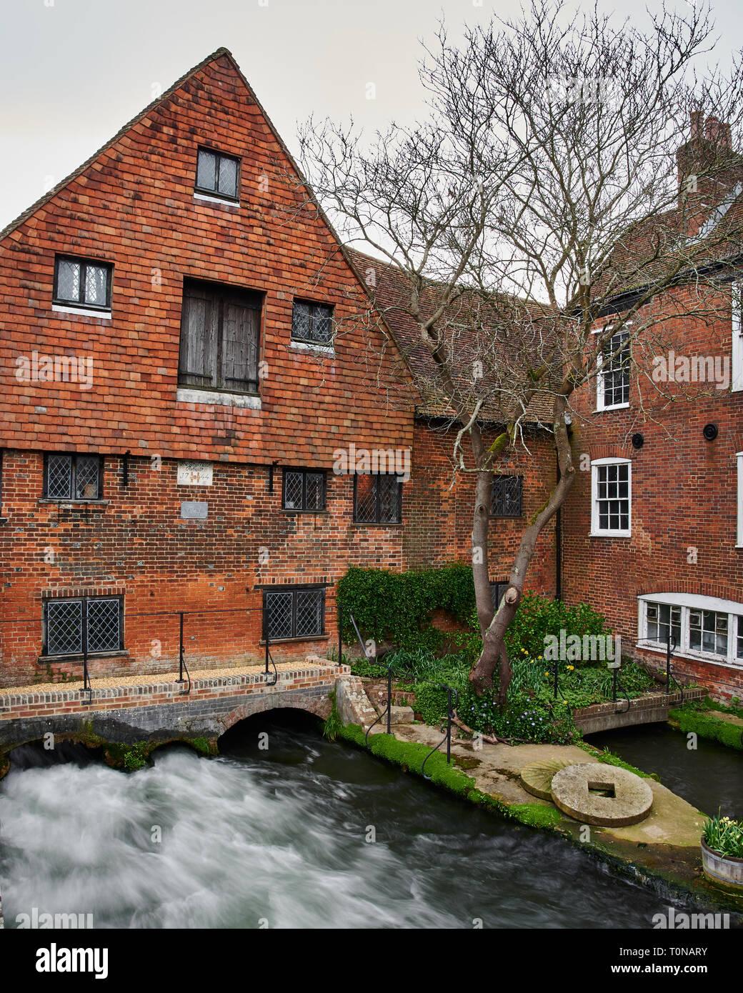 Die schnell fließenden Fluss Itchen unter historischen Winchester Stadt Wassermühle. Lange Belichtung Foto der Mächtige Wasser fließen zu erfassen. Stockbild