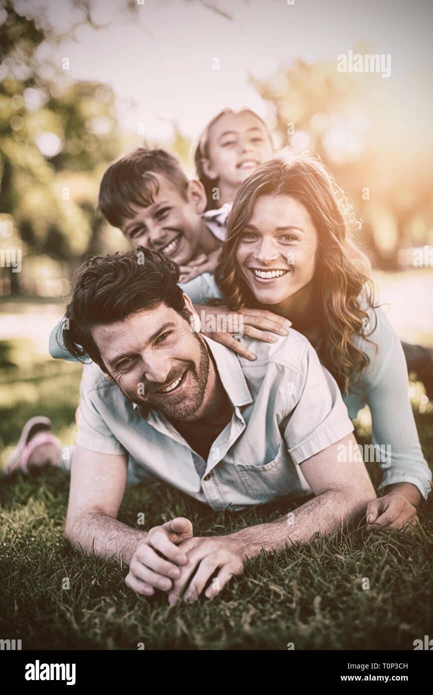 Portrait von Happy Family spielen im Park Stockfoto